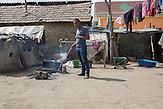 Dragos kocht drau&szlig;en auf Holzfeuer seine Mahlzeit.<br /><br />In Ocolna im S&uuml;den Rum&auml;niens tr&auml;umt Dragos von einem eigenen Friseursalon. Das vorwiegend von Roma bewohnte Dorf  ist arm, aber die Bewohner haben eine Initiative gegr&uuml;ndet um gegenzusteuern. Neben wichtigen Infrastrukturvorhaben ist auch Dragos Friseursalon ein Teil der Vorhaben um eine Verbesserung der derzeitigen Situation zu erreichen.