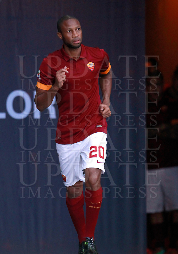 Calcio, amichevole Roma vs Fenerbahce. Roma, stadio Olimpico, 19 agosto 2014.<br /> Roma midfielder Seydou Keita, of Mali, arrives for the team's presentation, prior to the friendly match between AS Roma and Fenerbahce at Rome's Olympic stadium, 19 August 2014.<br /> UPDATE IMAGES PRESS/Isabella Bonotto