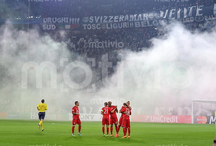 FUSSBALL CHAMPIONS LEAGUE  SAISON 2015/2016  ACHTELFINALE HINSPIEL Juventus Turin - FC Bayern Muenchen             23.02.2016 Die Fans von Juventus Turin sorgen fur schlechten Durchblick