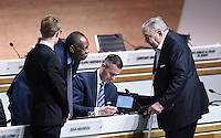 Fussball International Ausserordentlicher FIFA Kongress 2016 im Hallenstadion in Zuerich 26.02.2016 Ex UEFA Praesident und Ex FIFA-Exekutivkomitee Mitglied Lennart Johansson (re, Schweden) im Gespraech mit FIFA Interimspraesident Issa Hayatou (Kamerun und CAF Praesident)