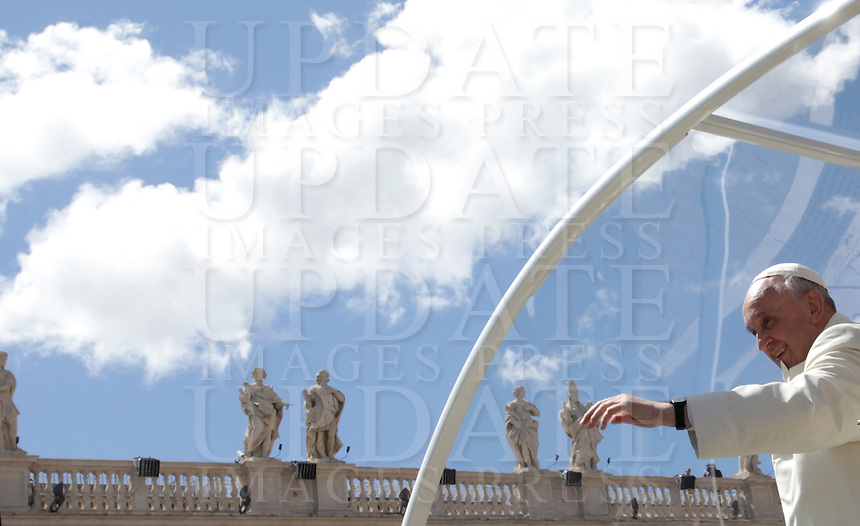 Papa Francesco saluta i fedeli al termine dell'udienza generale del mercoledi' in Piazza San Pietro, Citta' del Vaticano, 16 aprile 2014.<br /> Pope Francis waves to faithful as he leaves at the end of his weekly general audience in St. Peter's Square at the Vatican, 16 April 2014.<br /> UPDATE IMAGES PRESS/Isabella Bonotto<br /> <br /> STRICTLY ONLY FOR EDITORIAL USE