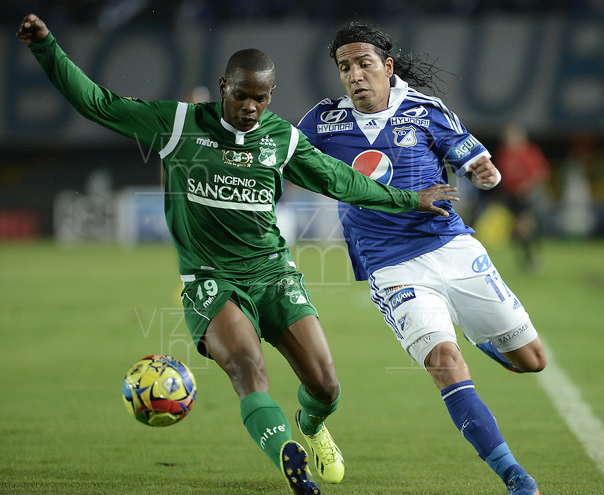 BOGOTÁ -COLOMBIA, 20-11-2013. Dayro Moreno (Der.) jugador de Millonarios disputa el balón con Yerson Candelo (Izq.) jugador de Deportivo Cali durante partido por la fecha 2 de los cuadrangulares finales de la Liga Postobón  II 2013 jugado en el estadio Nemesio Camacho el Campín de la ciudad de Bogotá./ Dayro Moreno (R) player of Millonarios fights for the ball with Yerson Candelo (L) player of Deportivo Cali during match for the 2nd date of final quadrangulars of the Postobon  League II 2013 played at Nemesio Camacho El Campin stadium in Bogotá city. Photo: VizzorImage/Gabriel Aponte/STR