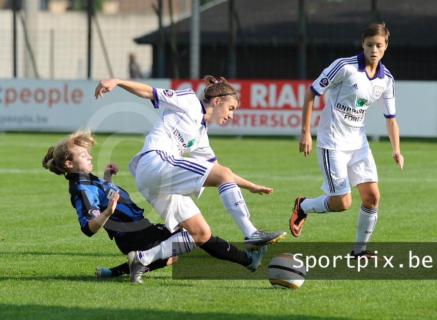 Club Brugge dames - RSC Anderlecht dames :<br /> tackle van Yana Haesebroek (L) op Justine Blav&eacute; (M) onder de ogen van Maurane Marinucci (R)<br /> foto Dirk / Nikonpro.be