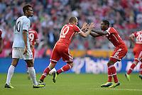Fussball  1. Bundesliga  Saison 2013/2014  9. Spieltag FC Bayern Muenchen - 1. FSV Mainz     19.10.2013 JUBEL FC Bayern Muenchen; Torschuetze zum 1-1 Ausgleich Arjen Robben (Mitte) klatscht David Alaba ab, Eric Maxim Choupo - Moting (li, 1. FSV Mainz 05) enttaeuscht