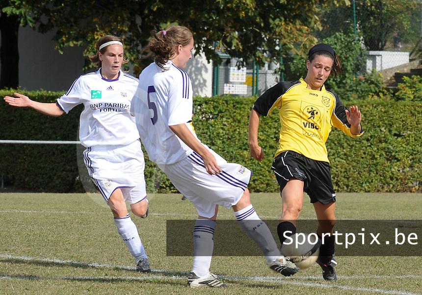 DVK Egem - RSC Anderlecht : duel tussen Gwendolyn Verhoye (rechts) en Francesca Van Oudheusden (midden) voor de aanstormende Anne Puttemans (links).foto DAVID CATRY / Vrouwenteam.be