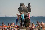 """Gdynia, (woj. pomorskie) 21.07.2016. """"Gdyńskie Rybki"""" –  pomnik przedstawiający trzy ryby, znajdujący się przy wejściu na plażę centralną."""
