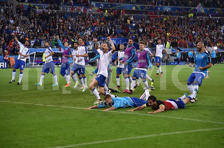 FUSSBALL EURO 2016 GRUPPE E IN LYON Belgien - Italien          13.06.2016 Italien feiert nach dem Abpfiff vor der Famkurve