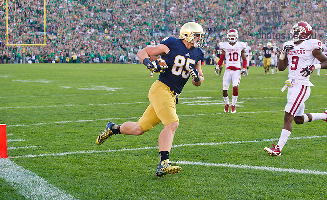 Sept. 28, 2013; Tight end Troy Niklas (85) catches a Tommy Rees pass and runs into the end zone for ND's third and final touchdown.<br /> <br /> Photo by Matt Cashore