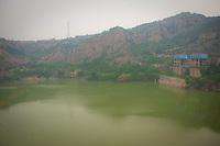 Daytime landscape view from the Sānménxiá Dam of the Huang He near the Sānménxiá Shì Húbīn District in Hénán Province.  © LAN