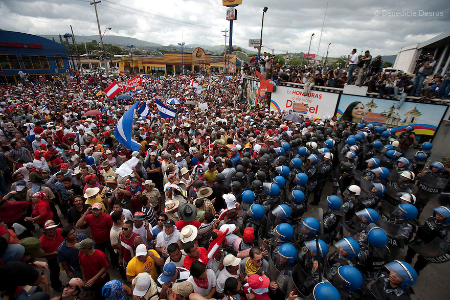 5 July 2009 - Tegucigalpa, Honduras - Thousands of supporters of ousted Honduras' President Manuel Zelaya stand off with honduran police and soldiers during a protest at the entrance of the international airport in Tegucigalpa, capital of Honduras, to greet the return of Zelaya. Zelaya turned back from an attempted return home on Sunday after soldiers clashed with his supporters as he tried to land, fueling tensions over the coup that toppled him. Photo credit: Benedicte Desrus