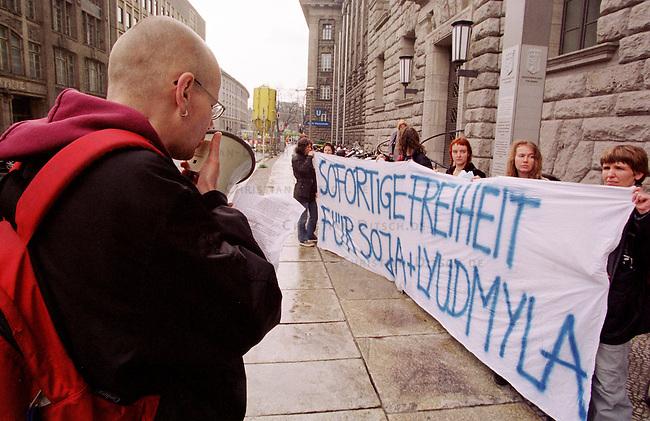 Mitglieder der Berliner Antirassistischen Initiative (ARI) bei einer Kundgebung vor dem Sitz des Berliner Innensenators Werthebach fuer die Freilassung zweier ukrainischen Frauen. Die Frauen, Soja Schatz und Lyudmyla, befinden sich zum Teil seit 61 Tagen im Hungerstreik um gegen ihre Inhaftierung zu protestieren. Die Frauen sollen wegen unvollstaendiger Ausweispapiere aus Deutschland abgeschoben werden.<br /> 19.4.2000, Berlin<br /> Copyright: Christian-Ditsch.de<br /> [Inhaltsveraendernde Manipulation des Fotos nur nach ausdruecklicher Genehmigung des Fotografen. Vereinbarungen ueber Abtretung von Persoenlichkeitsrechten/Model Release der abgebildeten Person/Personen liegen nicht vor. NO MODEL RELEASE! Nur fuer Redaktionelle Zwecke. Don't publish without copyright Christian-Ditsch.de, Veroeffentlichung nur mit Fotografennennung, sowie gegen Honorar, MwSt. und Beleg. Konto: I N G - D i B a, IBAN DE58500105175400192269, BIC INGDDEFFXXX, Kontakt: post@christian-ditsch.de<br /> Bei der Bearbeitung der Dateiinformationen darf die Urheberkennzeichnung in den EXIF- und  IPTC-Daten nicht entfernt werden, diese sind in digitalen Medien nach &sect;95c UrhG rechtlich gesch&uuml;tzt. Der Urhebervermerk wird gemaess &sect;13 UrhG verlangt.]