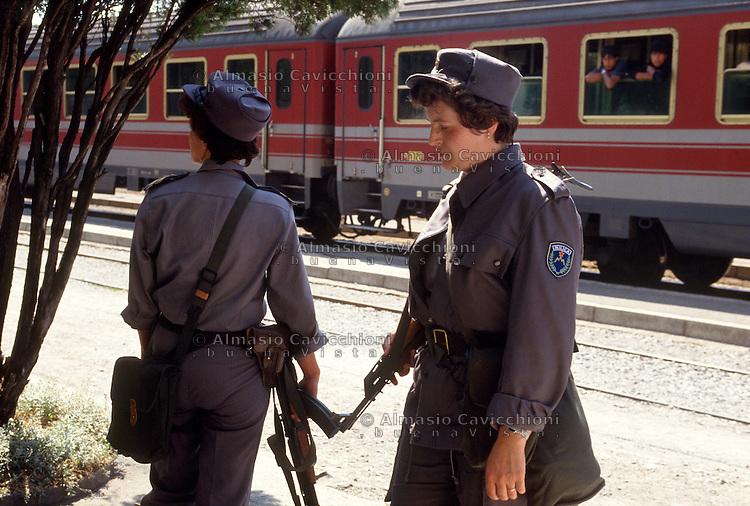 Luglio 1991, Sezana, confine ferroviario, difesa territoriale durante la guerra d'indipendenza Slovena.<br /> July 1991, Sezana, railway border, territorial defense during the war for independence of Slovenia.