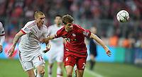 FUSSBALL CHAMPIONS LEAGUE  SAISON 2015/2016 VIERTELFINAL HINSPIEL FC Bayern Muenchen - Benfica Lissabon         05.04.2016 Thomas Mueller (re, FC Bayern Muenchen) gegen Victor Lindeloef (li, Benfica Lissabon)