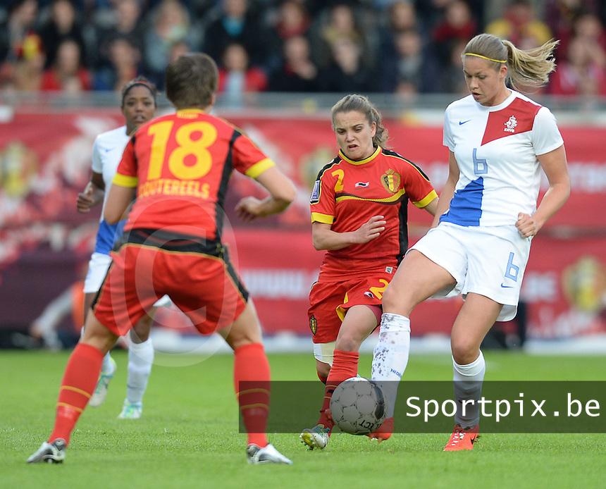 Belgian Red Flames - Nederland :<br /> <br /> Anouk Dekker (R) in duel met Davina Philtjens (M) en Maud Coutereels (R)<br /> <br /> foto Dirk Vuylsteke / Nikonpro.be