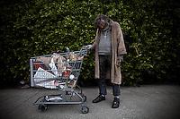 En troende hjemløs med sine eiendeler på Hollywood Boulevard. Los Angeles 11.01.2011.