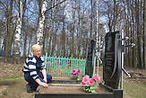 Viktor Strekjukow am Grab seiner Eltern in Swjatsk.