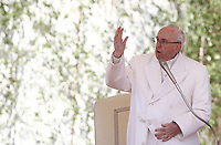 Papa Francesco benedice i fedeli durante l'udienza generale del mercoledi' in Piazza San Pietro, Citta' del Vaticano, 19 aprile, 2017.<br /> Pope Francis blesses faithful during his weekly general audience in St. Peter's Square at the Vatican, on April 19 2017.<br /> UPDATE IMAGES PRESS/Isabella Bonotto<br /> <br /> STRICTLY ONLY FOR EDITORIAL USE