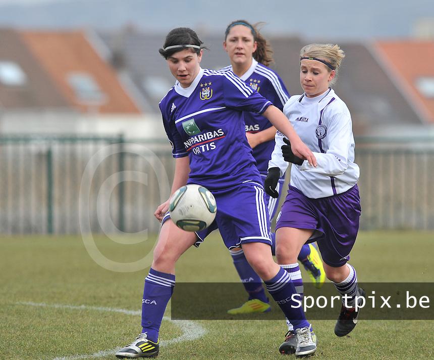 RSC Anderlecht Dames - Beerschot : Annelies Van Loock aan de bal voor Judith Van Bulck.foto DAVID CATRY / Vrouwenteam.be