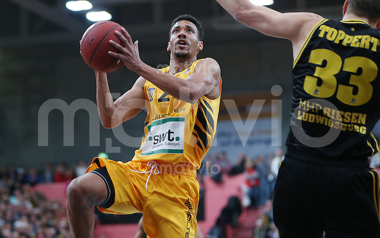 Basketball  1. Bundesliga  2016/2017  Hauptrunde  16. Spieltag  27.12.2016 Walter Tigers Tuebingen - MHP Riesen Ludwigsburg Eric McClellan (li, Tigers) gegen Chad Toppert (re, Ludwigsburg)