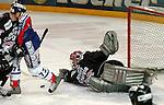 Deutscher Eishockey Pokal 2003/2004 , Halbfinale, Arena Nuernberg (Germany) Nuernberg Ice Tigers - Koelner Haie (1:3) Leonhard Wild (Koeln) mit einer Parade am Boden