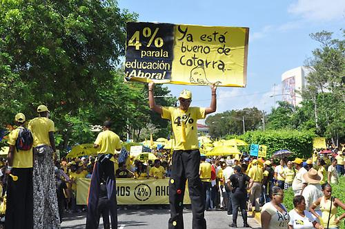 Miles reclaman al presidente Leonel Fernández que cumpla la ley de educación