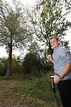 Foto: VidiPhoto<br /> <br /> BOVEN-LEEUWEN - Boomdeskundige Elroy Janssen van Klok Projecten bij een populier in het 'klompenbos' in Boven-Leeuwen.