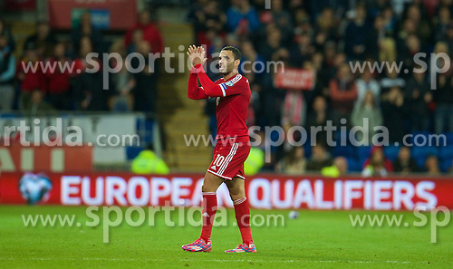 13.10.2014, City Stadium, Cardiff, WAL, UEFA Euro Qualifikation, Wales vs Zypern, Gruppe B, im Bild Wales' goal-scorer Hal Robson-Kanu applauds the fans as he is substituted against Cyprus // 15054000 during the UEFA EURO 2016 Qualifier group B match between Wales and Cyprus at the City Stadium in Cardiff, Wales on 2014/10/13. EXPA Pictures &copy; 2014, PhotoCredit: EXPA/ Propagandaphoto/ David Rawcliffe<br /> <br /> *****ATTENTION - OUT of ENG, GBR*****