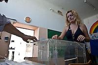 Atene,17 giugno 2012 elezioni politiche nazionali: una donna la voto in un seggio elettorale.<br /> Athens, June 17, 2012 national elections, voting<br /> Ath&egrave;nes, Juin 17, 2012 &eacute;lections nationales, les bureaux de vote