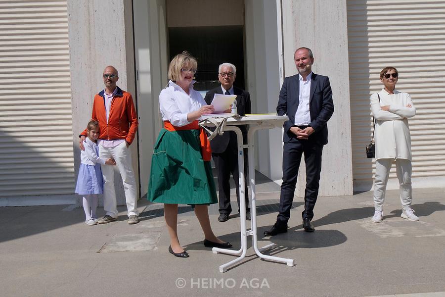 57th Art Biennale in Venice - Viva Arte Viva.<br /> Giardina. Opening of the Austrian Pavilion.<br /> From l.: Erwin Wurm with daughter, Commissioner Christa Steinle, Biennale President Paolo Baratta, Minister Thomas Drozda, Brigitte Kowanz.
