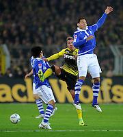 FUSSBALL   1. BUNDESLIGA   SAISON 2011/2012    14. SPIELTAG Borussia Dortmund - FC Schalke 04      26.11.2011 Mario GOETZE (Mitte, Dortmund) gegen Atsuto UCHIDA (li) und Jermaine JONES (re, beide Schalke)