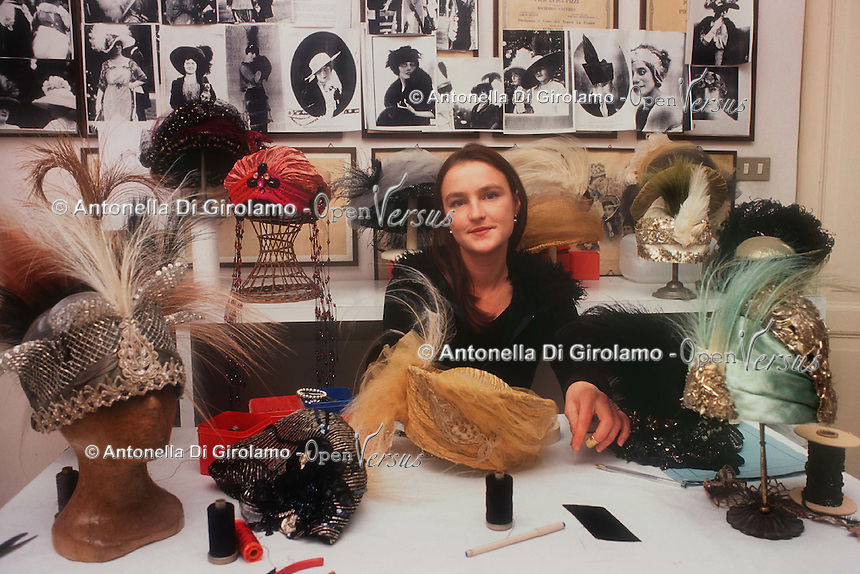 Ulrike Lerch, creatrice di cappelli per importanti sartorie teatrali..Ulrike Lerch, maker of hats for major theatrical fashion....
