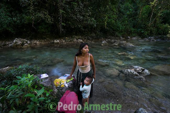 25 noviembre 2014.  <br /> Alicia Yat, de 22 a&ntilde;os, necessita el agua del r&iacute;o Canlinch para sobrevivir torque no tine ague en casa.  <br /> La llegada de algunas compa&ntilde;&iacute;as extranjeras a Am&eacute;rica Latina ha provocado abusos a los derechos de las poblaciones ind&iacute;genas y represi&oacute;n a su defensa del medio ambiente. En Santa Cruz de Barillas, Guatemala, el proyecto de la hidroel&eacute;ctrica espa&ntilde;ola Ecoener ha desatado cr&iacute;menes, violentos disturbios, la declaraci&oacute;n del estado de sitio por parte del ej&eacute;rcito y la encarcelaci&oacute;n de una decena de activistas contrarios a los planes de la empresa. Un grupo de ind&iacute;genas mayas, en su mayor&iacute;a mujeres, mantiene cortado un camino y ha instalado un campamento de resistencia para que las m&aacute;quinas de la empresa no puedan entrar a trabajar. La persecuci&oacute;n ha provocado adem&aacute;s que algunos ecologistas, con &oacute;rdenes de busca y captura, hayan tenido que esconderse durante meses en la selva guatemalteca.<br /> <br /> En Cob&aacute;n, tambi&eacute;n en Guatemala, la hidroel&eacute;ctrica Renace se ha instalado con amenazas a la poblaci&oacute;n y falsas promesas de desarrollo para la zona. Como en Santa Cruz de Barillas, el proyecto ha dividido y provocado enfrentamientos entre la poblaci&oacute;n. La empresa ha cortado el acceso al r&iacute;o para miles de personas y no ha respetado la estrecha relaci&oacute;n de los ind&iacute;genas mayas con la naturaleza. &copy; Calamar2/Pedro ARMESTRE<br /> <br /> Alicia Yat, 22 years old, needs the water of the river Canlinch (Coban, Guatemala) to survive. She has no water at home. But the hydroelectric Renace wants to cut off the access to the river because the company needs it for its expansion. Alicia has two children: Yoselin Yesenia Cu Cuz, three years old, and Neimar Jefferson, two years old, on november 25, 2014. The arrival of foreign companies to Latin America has provoked 