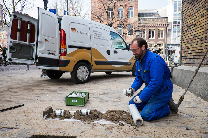 Nederland, Utrecht, 26 maart 2015<br /> Bodemonderzoek in het centrum van Utrecht door Soil Select.  <br /> Foto: (c) Michiel Wijnbergh