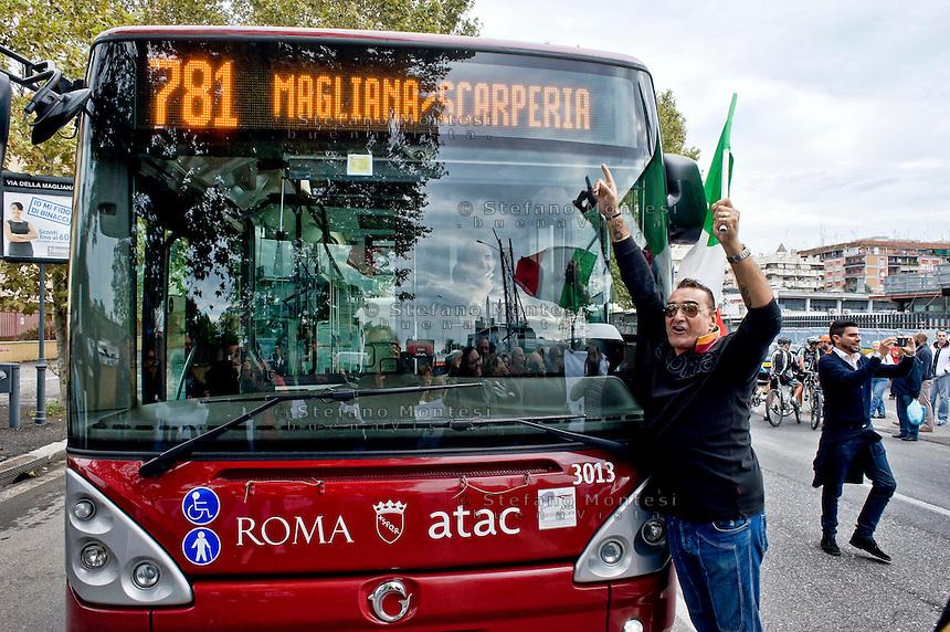 Roma 10 Ottobre 2013<br /> Manifestazione dei cittadini e delle Associazioni  Magliana Viva, e Magliana senza Nomadi, contro il campo rom situato sotto il ponte di via della Magliana. I manifestanti chiedono lo sgombero del campo rom e la bonifica ambientale della zona. Manifestante blocca un autobus<br /> Rome October 10, 2013<br /> Manifestation of citizens and associations  Magliana Viva and Magliana without Nomads, against the Roma camp located under the bridge off the Magliana. The protesters called for the eviction of the Roma camp and the environmental cleanup of the area. Protestor blocks a bus