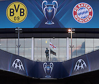 FUSSBALL  CHAMPIONS LEAGUE  FINALE  SAISON 2012/2013  24.05.2013 Borussia Dortmund - FC Bayern Muenchen Aussenansicht des Wembley Stadion mit Vereinswappen der beiden Teams