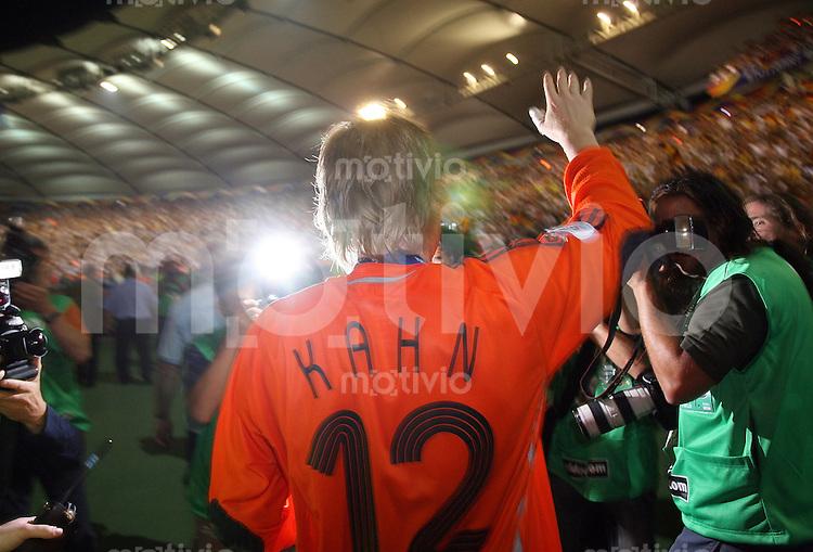 Fussball WM 2006 Spiel um Platz 3  Deutschland - Portugal Oliver Kahn (GER) verabschiedet sich auf der Ehrenrunde von den FAns; Kahn erklaert nach dem Spiel seinen Ruecktritt von der Nationalmannschaft