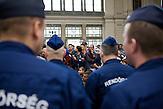 Flüchtlinge warten auf den nächsten Zug richtung Westen im Keleti Bahnhof in Budapest/ Refugees in the Keleti railway station are waiting for the next train heading west