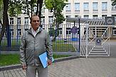 Wahlbeobachter Wladimir Jegorow vor einer Schule, die 2011 als Wahllokal fungierte. Hier war er damals zum ersten Mal als Wahlbeobachter eingesetzt.