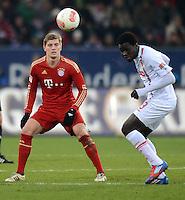 FUSSBALL   1. BUNDESLIGA  SAISON 2012/2013   16. Spieltag FC Augsburg - FC Bayern Muenchen         08.12.2012 Toni Kroos (li, FC Bayern Muenchen)  gegen Gibril Sankoh (FC Augsburg)