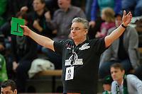 Trainer Dirk Leun (BSV) hebt ungläubig die Arme
