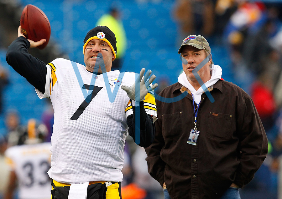 PITTSBURGH - NOVEMBER 28:  Ben Roethlisberger #7 of the Pittsburgh Steelers warms up prior to the game while former Buffalo Bills quarterback Jim Kelly watches on November 28, 2010 at Heinz Field in Pittsburgh, Pennsylvania.  (Photo by Jared Wickerham/Getty Images)