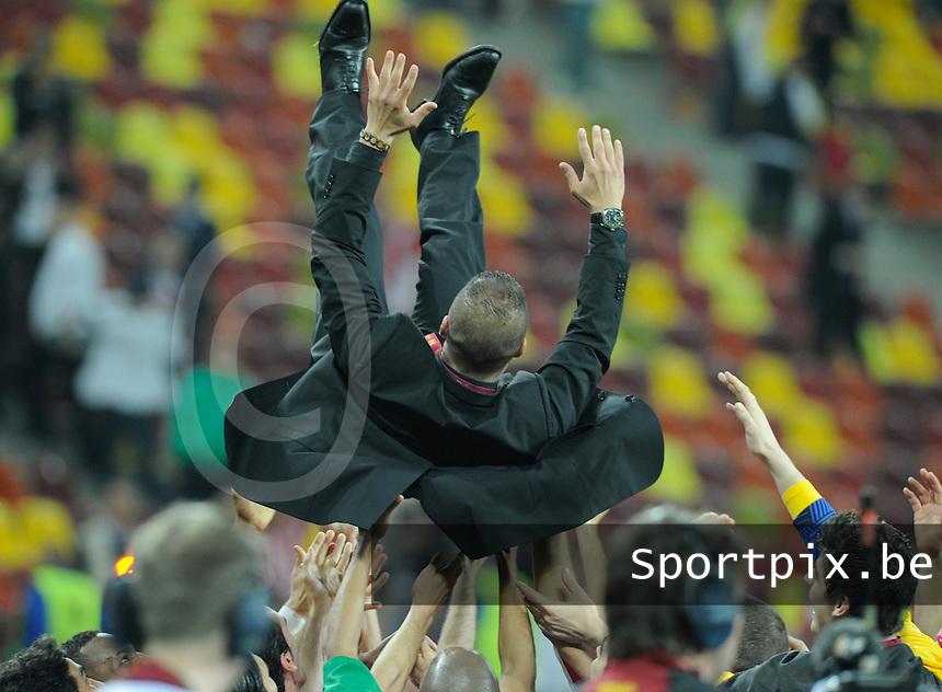 Uefa Europa League Final Bucharest 2012 : Wednesday 9 May 2012 - National Arena Bucharest : Club Atletico de Madrid - Athletic Club Bilbao.trainer Diego Simeone omhoog gegooid door zijn spelers.foto DAVID CATRY