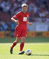 Fussball  1. Bundesliga  Saison 2013/2014  2. Spieltag VfB Stuttgart - Bayer Leverkusen     17.08.2013 Simon Rolfes (Bayer 04 Leverkusen) am Ball