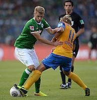 FUSSBALL   1. BUNDESLIGA   SAISON 2013/2014   1. SPIELTAG Eintracht Braunschweig - Werder Bremen             10.08.2013 Aaron Hunt (li, SV Werder Bremen) gegen Jan Hochscheidt (re, Eintracht Braunschweig)