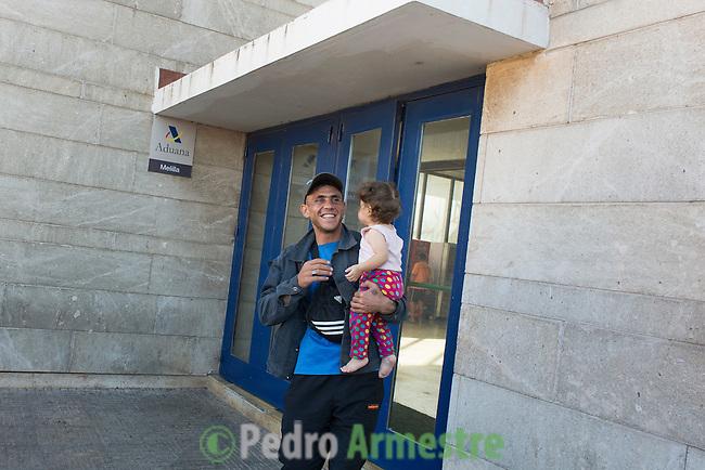 14 septiembre 2015. Melilla. Espa&ntilde;a<br /> Nassam Hassen es un ciudadano sirio que ha pasado 20 d&iacute;as separado de su mujer, Baliya, y de su hija, Galia, de 1 a&ntilde;o, porque estas dos &uacute;ltimas consiguieron pasar el puesto fronterizo de  Beni Enzar, que separa Marruecos de Melilla, y &eacute;l no. Despu&eacute;s de tres semanas en Nador (Marruecos) Nassam ha logrado cruzar finalmente la frontera y reunirse con su familia. La ONG Save the Children exige al Gobierno espa&ntilde;ol que tome un papel activo en la crisis de refugiados y facilite el acceso de estas familias a trav&eacute;s de la expedici&oacute;n de visados humanitarios en el consulado espa&ntilde;ol de Nador. Save the Children ha comprobado adem&aacute;s c&oacute;mo muchas de estas familias se han visto forzadas a separarse porque, en el momento del cierre de la frontera, unos miembros se han quedado en un lado o en el otro. Para poder cruzar el control, las mafias se aprovechan de la desesperaci&oacute;n de los sirios y les ofrecen pasaportes marroqu&iacute;es al precio de 1.000 euros. Diversas familias han explicado a Save the Children c&oacute;mo est&aacute;n endeudadas y han tenido que elegir qui&eacute;n pasa primero de sus miembros a Melilla, dejando a otros en Nador. <br /> &copy; Save the Children Handout/PEDRO ARMESTRE - No ventas -No Archivos - Uso editorial solamente - Uso libre solamente para 14 d&iacute;as despu&eacute;s de liberaci&oacute;n. Foto proporcionada por SAVE THE CHILDREN, uso solamente para ilustrar noticias o comentarios sobre los hechos o eventos representados en esta imagen.<br /> Save the Children Handout/ PEDRO ARMESTRE - No sales - No Archives - Editorial Use Only - Free use only for 14 days after release. Photo provided by SAVE THE CHILDREN, distributed handout photo to be used only to illustrate news reporting or commentary on the facts or events depicted in this image.