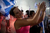 Elezioni in Grecia. Atene, manifestazione conclusiva di Nea Democratia in Piazza Sintagma 15 giugno 2012. Giovani ragazze applaudono tra il fumo e le bandiere.