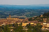 Europe/France/Midi-Pyrénées/81/Tarn/Lautrec:  Le village, la collégiale Saint-Rémy et le Moulin à vent