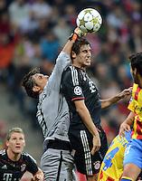 FUSSBALL   CHAMPIONS LEAGUE   SAISON 2012/2013   GRUPPENPHASE   FC Bayern Muenchen - FC Valencia                            19.09.2012 Torwart Diego Alves (li, Valencia CF) gegen Javi , Javier Martinez (FC Bayern Muenchen)