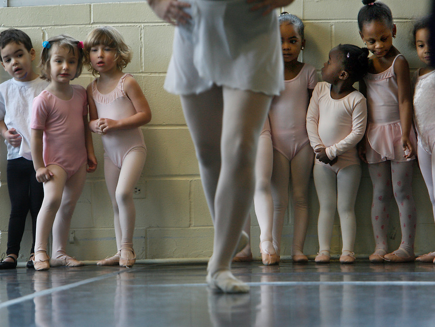 SIDEWALKS Ballet classes for children, taught by August Tye, are held at the Hyde Park School of Dance, 5480 S. Kenwood, Saturday, Mar. 15, 2008. Chicago Tribune Photo by Charles Osgood ..OUTSIDE TRIBUNE CO.- NO MAGS,  NO SALES, NO INTERNET, NO TV, CHICAGO OUT.. 00291464A sidewalks