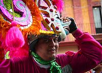 Quer&eacute;taro, Qro. 13 septiembre 2013. Cientos de concheros emprendieron el tradicional desfile de las danzas hacia la santa cruz. su recorrido fue desde Calzada de los arcos llegando a avenida Zaragoza pasando por las calles de Ju&aacute;rez, Corregidora e Independencia, hasta llegar a bailarle al atrio del templo como s&iacute;mbolo de su fe y devoci&oacute;n.<br /> <br /> Foto: Yunuen Aviles/Agencia Colectivo Obtura